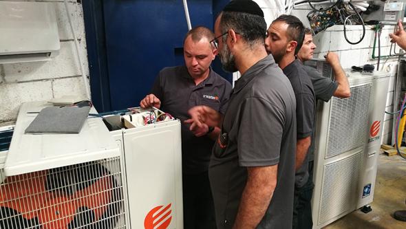 טכנאי מתקין מזגן של אלקטרה צריכה, צילום: יחסי ציבור