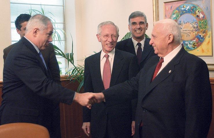 """עם שרון (מימין), פישר ונתניהו, במינוי פישר לנגיד, 2005. """"כשפישר הגיע לישיבות ממשלה פתאום היו שם שקט ודממה. לא ראית אנשים כאלה מנומסים בחיים"""", צילום: אלכס קולומויסקי"""
