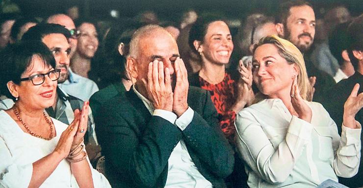 """בכר בוכה באירוע הפרידה מדיסקונט, לצד אשר טופילסקי (מימין) ואשתו אורית. """"הרגשתי שאוהבים אותי"""""""