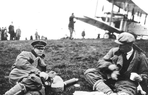 בראון ואלקוק נחים לפני טיסה