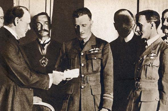 בראון ואלקוק מקבלים תעודת הוקרה משר האוויריה הבריטי, ווינסטון צ'רצ'יל