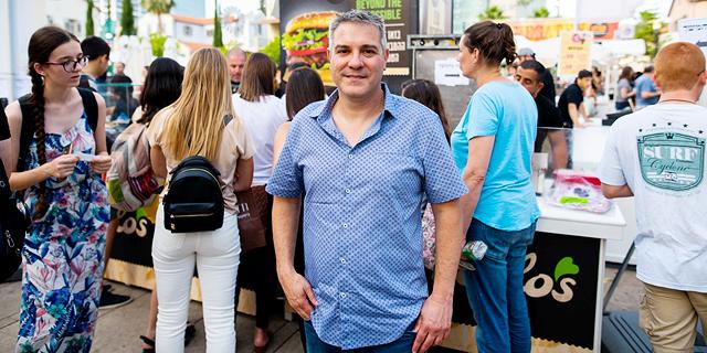 """אלי זוגלובק מנכ""""ל ויו""""ר זוגלובק בפסטיבל אוכל טבעוני, צילום: גלעד אילוז"""