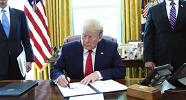 טראמפ חותם על הסנקציות, צילום: AFP