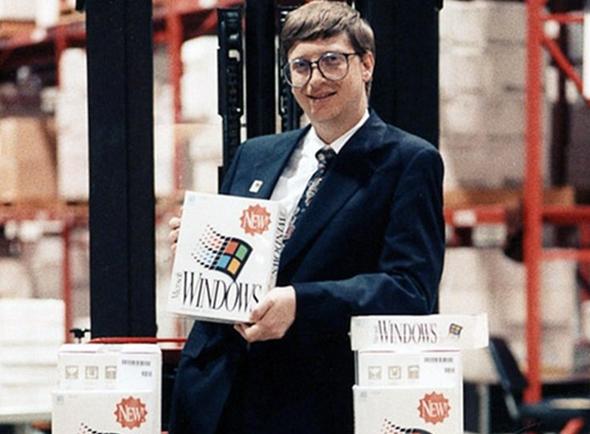 ביל גייטס ב-1985, עם הגרסה הראשונה של ווינדוס