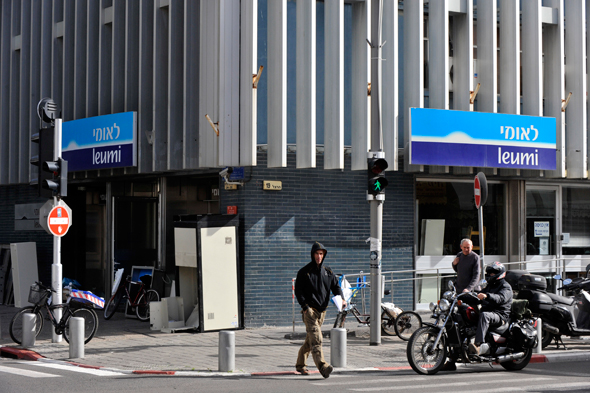 """סניף בנק לאומי בת""""א, צילום: בלומברג"""