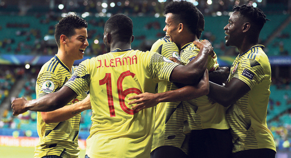 שחקני נבחרת קולומביה חוגגים ניצחון במסגרת הקופה אמריקה. משחקים כדורגל שמח