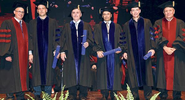 """גיורא ירון (ראשון מימין) בכובעו כיו""""ר הוועד המנהל של אוניברסיטת ת""""א, צילום: ישראל הדרי"""
