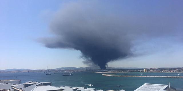 """שריפת ענק במפעל פטרוכימיים בספרד: אנשים ברדיוס של 50 ק""""מ התבקשו להתפנות"""