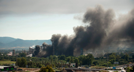 העשן מעל מפעל הפטרוכימיים בספרד, צילום: AFP