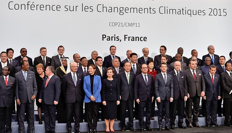 """חתימת הסכם פריז, נובמבר 2015 (פיגרס במרכז מקדימה). """"מה שיותר מדאיג ממדינות שפרשו מההסכם הוא העובדה שב־2018 היתה עלייה של 1.7% בפליטת גזי חממה"""", צילום: גטי אימג"""