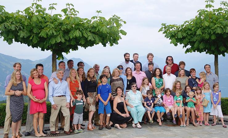 משפחת פרדו בחופשה משותפת (מיצי בחצאית מנומרת במרכז). כל צעיר שעומד להינשא לצאצאי המשפחה עובר אצלה ראיון קבלה, צילום: אלבום משפחתי