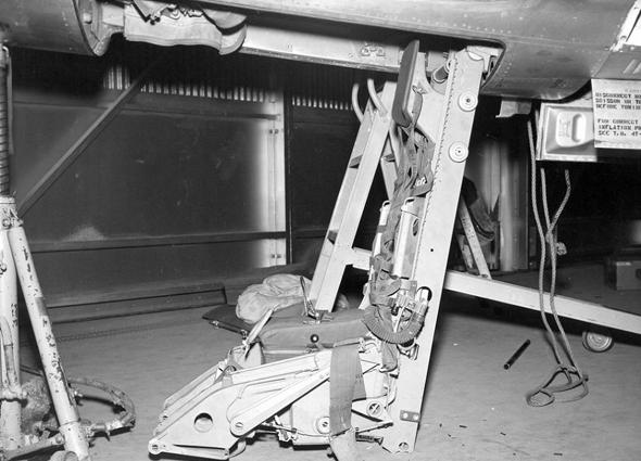 כיסא המפלט של ה-104. בהמשך, הוחלף באחד סטנדרטי