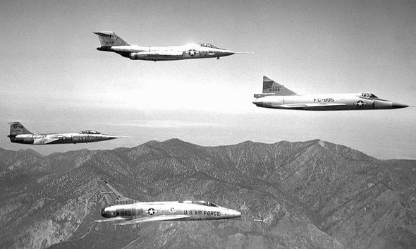 המטוס ובני דורו. שימו לב להבדלים בצורת הגוף. עם כיוון השעון:  F101 וודו, F102 דלתא דאגר, F100 סופר סייבר ו-F104