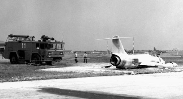 מטוס F104 ששרד נחיתת חירום, מכוסה קצף לכיבוי שריפות