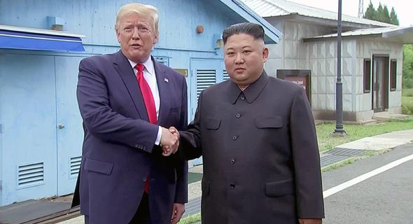 """נשיא ארה""""ב דונלד טראמפ עם שליט צפון קוריאה קים ג'ונג און באזור המפורז"""