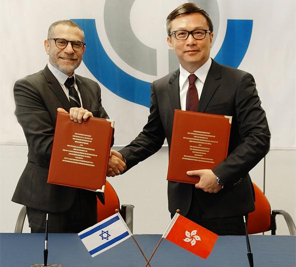 משמאל: מנהל רשות המסים ערן יעקב ונציב המכס והבלו מר הרמס וויי.אייץ