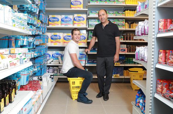רמי לוי עם אוהד סנדלר גוד פארם סניף חולון, צילום: דנה קופל