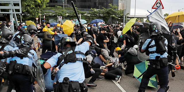 הפגנות אלימות בהונג קונג: קבוצה של מפגינים הצליחה לחדור לבניין הפרלמנט