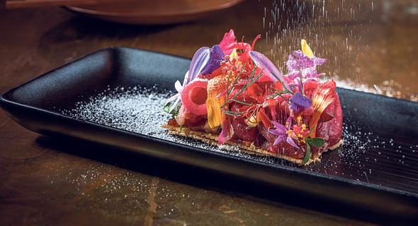 טומפולומפו . בשר בקר מוחמץ עם בצל מותסס על קרקר טפיוקה , צילום: אפיק גבאי