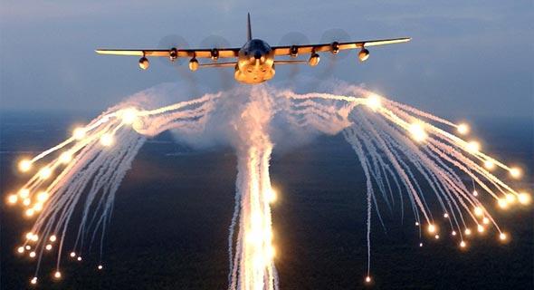 מטוס הרקולס מפזר נורים, צילום: USAF