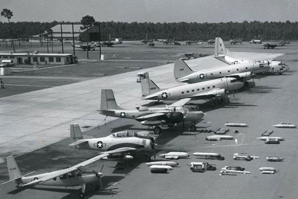 מטוסי דרום וייטנאם. משמאל: מטוס תצפית U10D, מטוס תקיפה קל T28, מפציץ B26 אינוויידר, C47 דקוטה, C46 קומנדו ו-C123 פרוביידר
