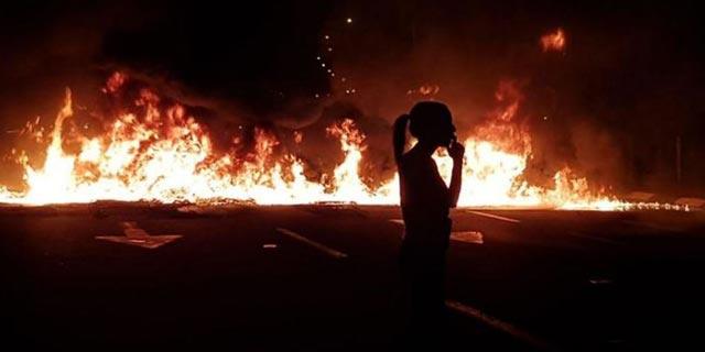 אחד ממוקדי ההפגנה, אתמול. ללכת בשכל, לא בכוח, צילום: עופר אשטוקר