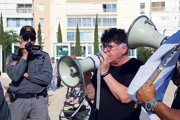 """פז מפגינה בתל אביב. """"מעטים מפגינים לצדה, ועדיין הממשלה אימצה את האג"""