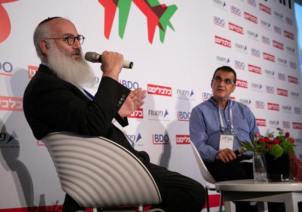 גולן חזני משוחח עם אדוארדו אלשטיין בכנס