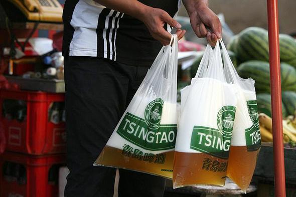 ההתמכרות לפלסטיק. אפילו בירה הם קונים בשקיות, צילום: רויטרס
