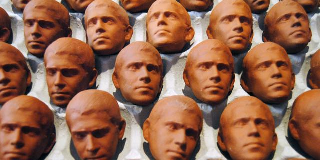 """""""כל פסל הוא קליפה"""": על חפצים וזכרונות בתערוכה של אוריאל כספי"""