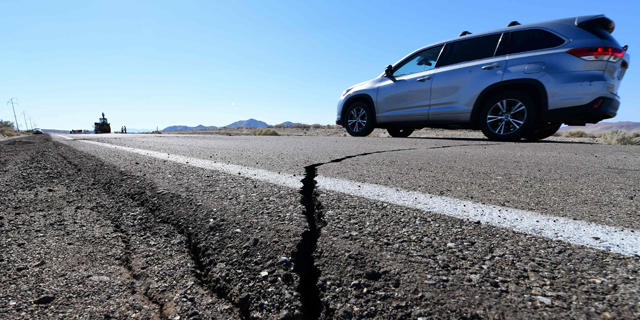נזק לכבישים בעקבות רעש האדמה, צילום: AFP