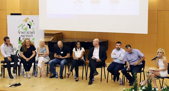הכנס של הארגון הארצי להתחדשות עירונית. חמישית מימין: מירי כהן, סגנית ראש מטה הדיור