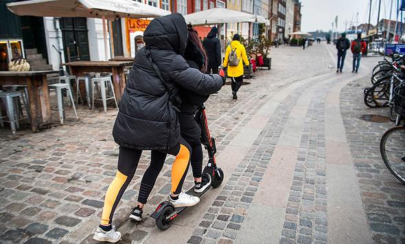 רוכבים שיכורים על קורקינטים בקופנהגן