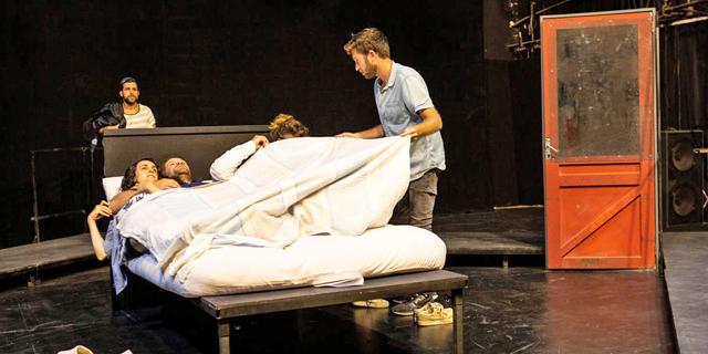 """קומדיה לדמויות טראגיות: ביקור בחזרות ל""""רווקים ורווקות"""" של חנוך לוין"""
