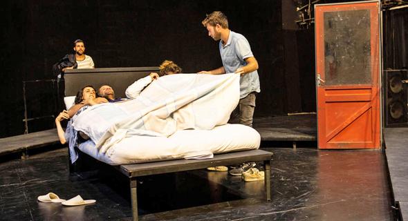 """הבמאי עמית אפשטיין (מימין) וצוות השחקנים. """"שינה היא שוקולדה של הנפש"""""""
