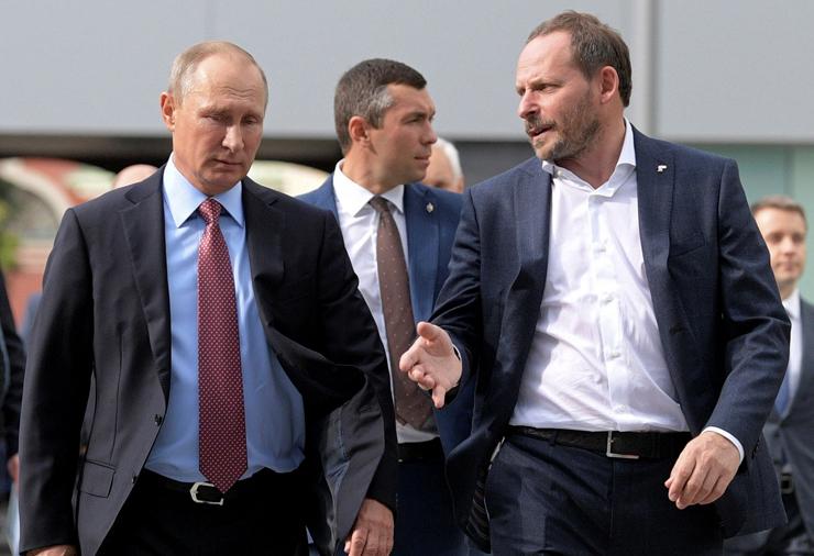 וולוז' עם נשיא רוסיה ולדימיר פוטין. כדי לשמור על שליטה, הממשל הכניס לדירקטוריון את אחד מנאמניו של פוטין, ודאג שאחד הבנקים הממשלתיים יחזיק במניית הזהב של יאנדקס