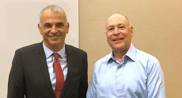 מימין: נשיא בלאקרוק רוב קפיטו ומשה כחלון. הציע לשר האוצר השקעה בישראל