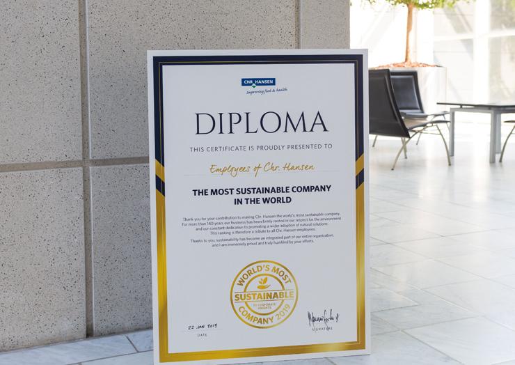 """התעודה הרשמית לזוכה בתואר """"החברה הבת־קיימא ביותר בעולם ל־2019"""", שמוצגת בלובי של כריסטיאן הנסן"""