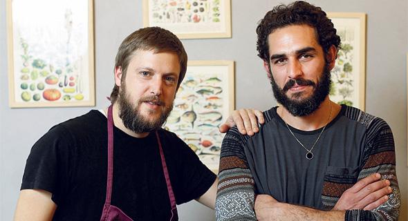 """השפים תמיר מיכאלי (מימין) וענר בן רפאל. """"לא נעצור אף אחד מלאכול בידיים"""""""