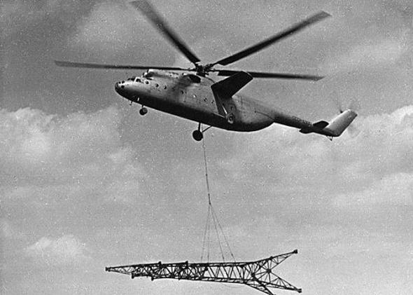 """מסוק Mi6 נושא עמוד חשמל, במסגרת פריסת תשתיות בצפון בריה""""מ, צילום: aerospaceweb"""