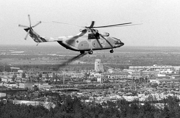 Mi26 מפזר חומרים חוסמי קרינה בסביבת התחנה, צילום: Russian Helicopters