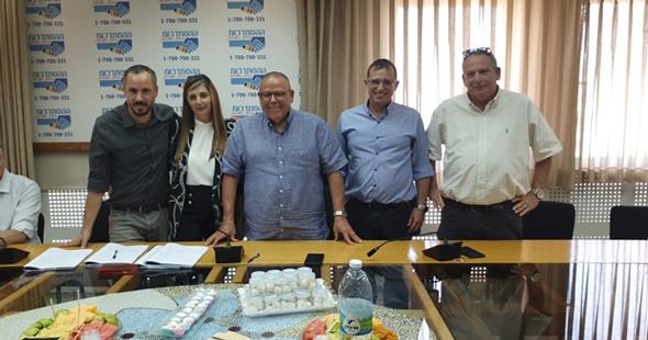 צביקה אברמוביץ, רן גוראון, ארנון בר-דוד, לימור ליברמן-לביא ויקי חלוצי  בעת חתימת ההסכם