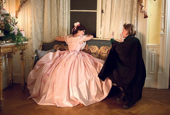 """גרוויג (מימין) וווטסון בצילומים ל""""נשים קטנות"""". העיבוד השביעי לקולנוע"""