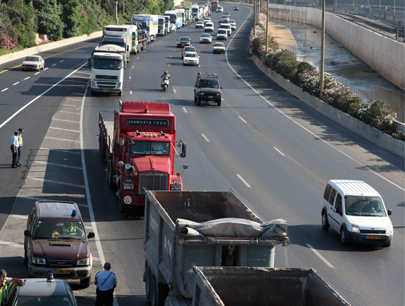 משאיות על הכביש. מחוייבות לבדיקת חורף, צילום: אוראל כהן