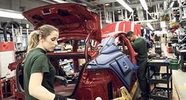 פס ייצור של יגואר בבריטניה, צילום: בלומברג