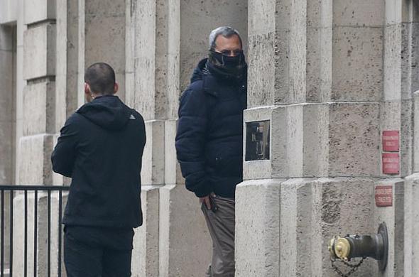 אהוד ברק נכנס לביתו של אפשטיין ומכסה את פניו, צילום: ProbeMedia.com
