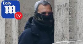 לפי הדייל מייל, זה התיעוד של ברק בכניסה לביתו של אפשטיין כשצעירות נכנסו למקום,  צילום: מתוך דיילי מייל