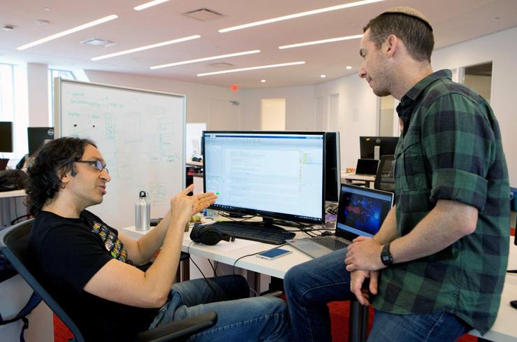 """ברבש (מימין) במשרדי החברה עם עמיתו ד""""ר שלומי דגן, ביולוג חישובי.רק שלושה עובדים, אבל לקוחות מהחברות המובילות בתחום"""