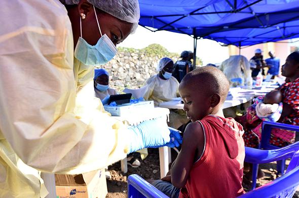 ילדה מקבלת חיסון נגד אבולה בקונגו, צילום: רויטרס