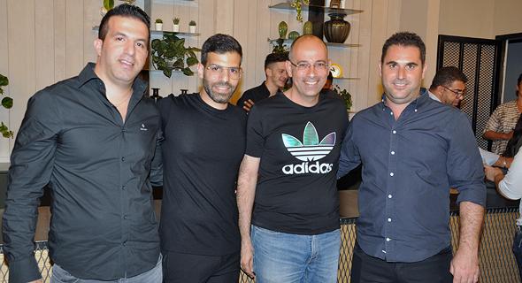 מימין: יניב ארביב, פרופ' ירון זליכה, מנהל רשת dogether אייל ראובן ורועי ראובן